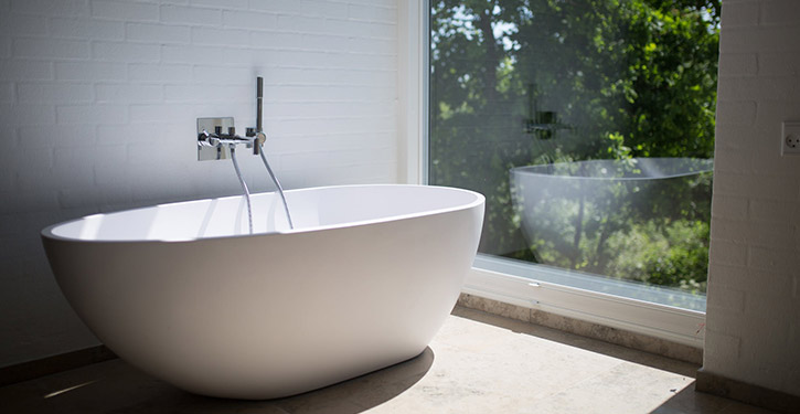 Modna łazienka - jak zaaranżować? Jakie płytki i meble wybrać?