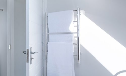 Grzejnik łazienkowy oprócz nagrzewania samego pomieszczenia pełni również funkcję suszarki.