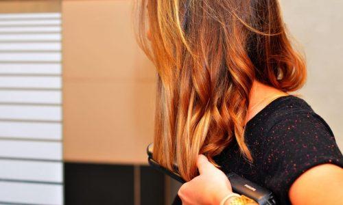 Nie wiesz jaką prostownicę do włosów kupić i wybrać? Przeczytaj nasz poradnik!